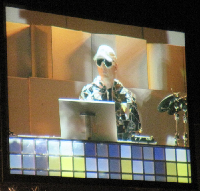 Chris Lowe an seiner Soundmaschine